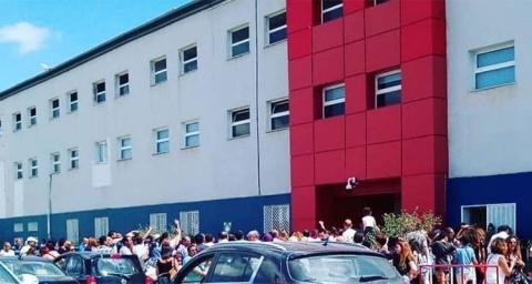 صورة لطابور طويل امام المدرسة الكندية بتونس للظفر بمقعد لابن او بنت لم تكن المدرسة العمومية في مستوى تطلعاته