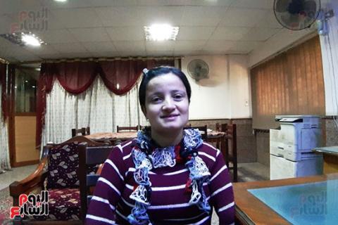 مصر: ولدت دون ذراعين… فتاة تهزم الإعاقة وتتعلم الكتابة والخياطة بقدميها