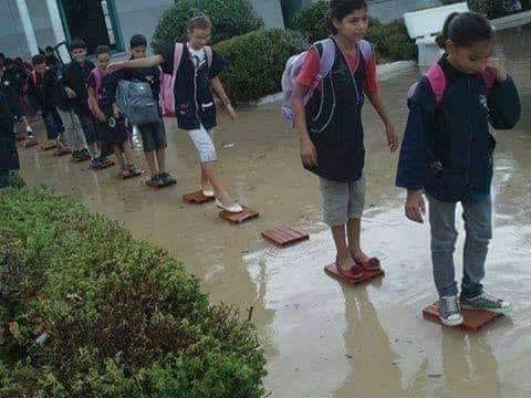 الإصرار على طلب العلم.. رغم الفياضانات وسوء الأحوال الجوية