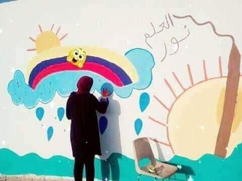 القيروان: عون أمن تُزيّن جدران مدرسة أبنائها بسوق بورقيبة في منطقة سيدي سعد