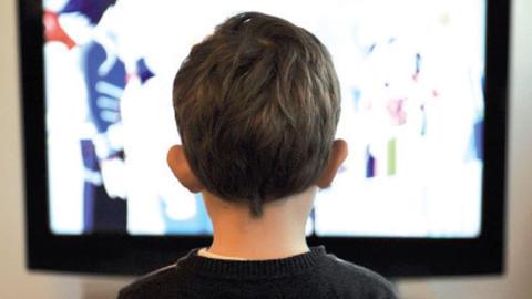 مدير مدرسة يدعو الأوليء إلى منع أطفالهم من مشاهدة عدد من البرامج