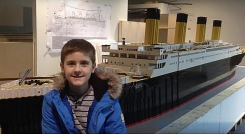 """طفل مصاب بالتوحد يصنع أكبر مجسم لباخرة """"تيتانيك"""" بقطع الليغو"""