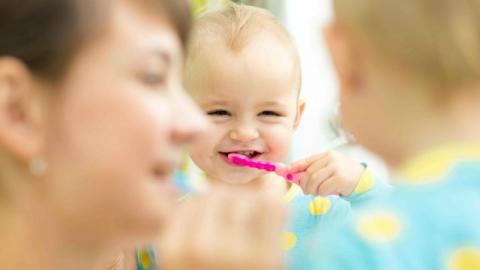 ينصح بتعليم الطفل تفريش أسنانه في سن مبكرة بفرشاة ناعمة