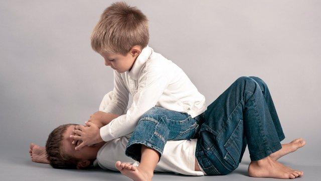 علم طفلك اللعب مع أصدقائه دون عنف