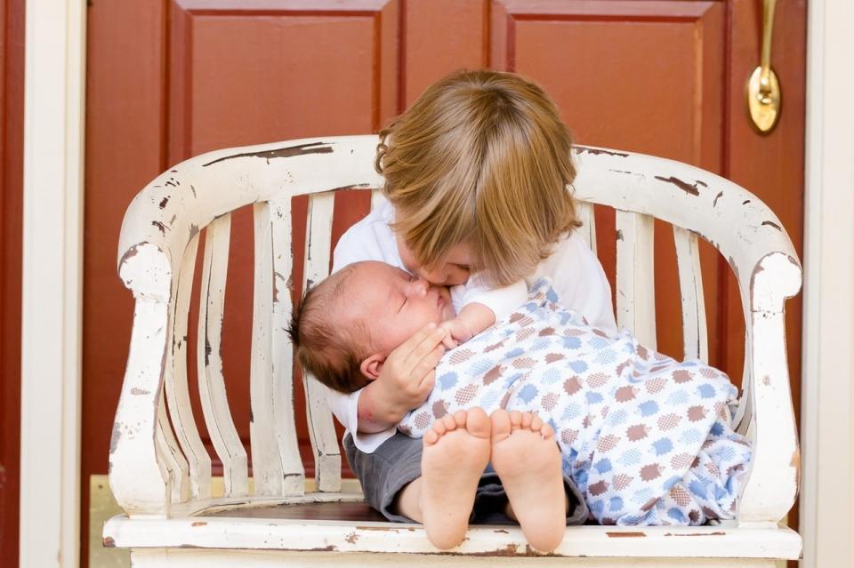 كيف تواجه غيرة طفلك الأول من مولودك الجديد؟