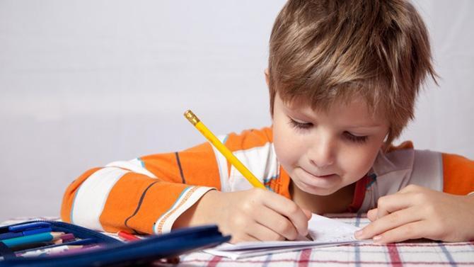 كيف تحفّز طفلك أكثر على القيام بواجباته