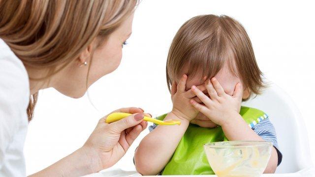 طفلك يرفض تناول الطعام؟ لا تستهيني بالأسباب!