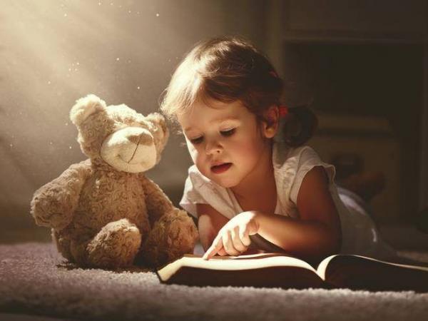 تعتبر القراءة بمثابة البوابة التي يلج منها الطفل إلى عالم المعرفة، ووعيا منهم بأهميتها، نجد الآباء و المدرسين يبذلون قصارى جهدهم لتعليم الأطفال مهارات القراءة و تحبيبهم إياها. و للمساعدة على ذلك نقترح عليكم اليوم 10 نصائح أساسية ل تحبيب القراءة للأطفال و جعلهم يقبلون عليها ذاتيا دون ترهيب أو إجبار :  1- التربية بالقدوة تحبيب القراءة للأطفال  إن التربية بالقدوة لها أثر بالغ في نفسية الطفل و سلوكه لأن الأطفال بطبيعتهم يميلون لتقليد الكبار، و بناء على ذلك فإن خير طريقة لتعويد الأطفال على القراءة و تحبيبهم في
